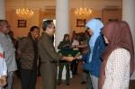 Sekda Banten Muhadi memberikan pasport kepada salah satu mahasiswa yang akan melakukan studi sambil bekerja di Malaysia, pada pelepasan puluhan mahasiswa asal Banten di Gedung Pednopo Gubernur Banten, Senin (30/9).