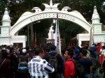 puluhan mahasiswa yang tergabung dalam gerkan Banten untuk rakyat (Gebrak), ketika mendatangi kantor Gubernur Banten di Jl Brigjen Sjam'aun Kota Serang, Rabu (23/10). Mereka menuntut kepada penegak hukum untuk mengadili keluarga dekat Atut yang menerima dana hibah dari apbd Banten.