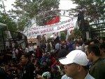 Ratusan mahasiswa Banten ketika melakukan aksi unjuk rasa di gedung DPRD Banten, Senin (28/10).