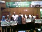 Direktur kepesertaan PT Jamasostek Junaedi yang didampingi Kanwil PT Jamsostek Banten Didi Siswadi ketika menghadiri seminar Goes to campus di kampus Untirta Serang, Kamis (31/10).
