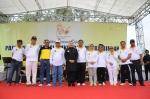 Gubernur Banten Ratu Atut Choosiyah sat berfoto bersama dengan Sekda Banten Muhadi dan Walikota Cilegon Tb Iman Ariyadi, dalam acara hari koperasi ke 66 di lapangan Sumampir Kota Cilegon, Senin (4/11).