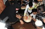 Gubernur Banten Ratu Atut Choosiyah menaburkan bunga di makam almarhum suami Hikmat Tomet di lokasi pemakaman keluarga Atut di Desa Pesanggrahan Kecamatan Pabuaran Kabupaten Serang, Minggu (10/11).