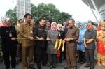 Sekda Banten Muhadi ketika memotong pita sebagai tanda dibukanya acara gebyar wisata dan kuliner khas Banten di Tangerang city mall, Selasa (12/13).
