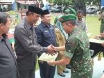Danrem 064 Maulana Yusuf Serang Kol Inf Dedy Kusmayadi memberikan penyerahan medali atas penghargaan juara kepada Bupati Pandeglang dalam program terpadu KB kes di wilayah Korem, Rabu (2711).
