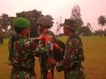 Anggota TNI Yonif 320 Badak Putih Pandeglang ketika disematkan tanda akann diberangkatkan ke perbatasan Papua.