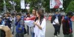 Cornelia agatha saat membacakan puisi di hadapan mahasiswa dalam peringatan hari anti korupsi di depan kantor Gubernur Banten Jl. Brigjen Sjam'un no 5 Kota Serang Banten, Senin (9/12).