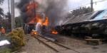 Kereta api KRL jurusan Serpong-Tanah Abang yang terbakar di Bintaro, lantaran menabrak mobil tanki bermuatan BBM, Senin (9/12).