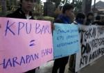 Sejumlah mahasiswa dari Himpunan Mhasiswa Serang (Hamas) dan Gerakan Mahasiswa Nasional Indonesia (GMNI) melakukan aksi unjuk rasa penolakan pelantikan komisioner KPU Kabupaten dan Kota Serang periode 2013-2018 yang dinilai tidak transparan dan dinilai melanggar ketentuan, Rabu (18/12).