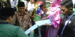 Kanwil agama Banten Iding Mujtahidin memberikan bantuan kepada para santri yang dinilai telah berprestasi dibidangnya masing-masing. Pemberian hadiah diberikan dalam rangka Gebyar Pendidikan Terpadu Anak Harapan (Dikterrapan) dan pesantren fair 2013, Jum'at (6/13).